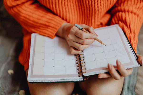 pessoa anotando na agenda