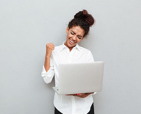 mulher feliz olhando para o computador