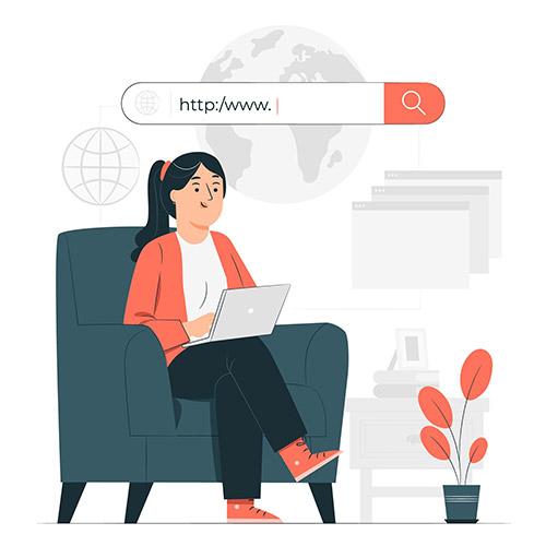 mulher no sofá pesquisando no computador