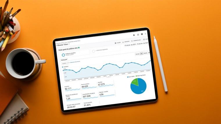 Laptop mostrando a tela do Google Analytics