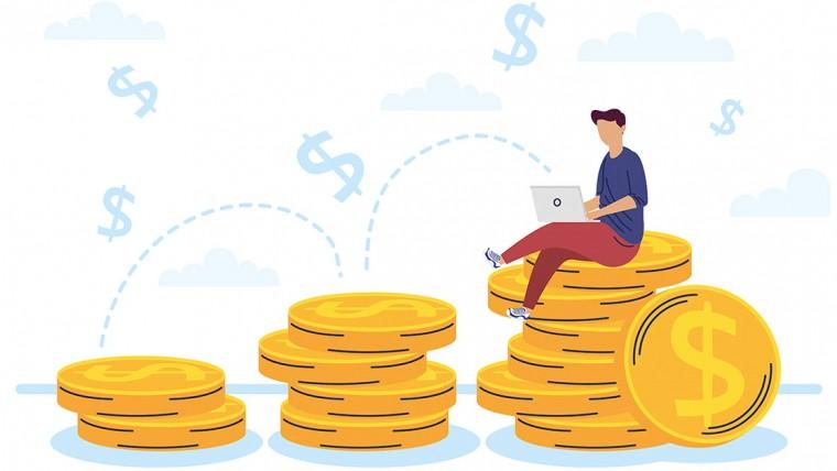 rapaz com laptop em cima de moedas de dinheiro